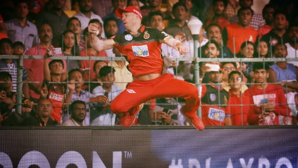 AB de Villiers hangs on to a brilliant catch against Sunrisers Hyderabad.