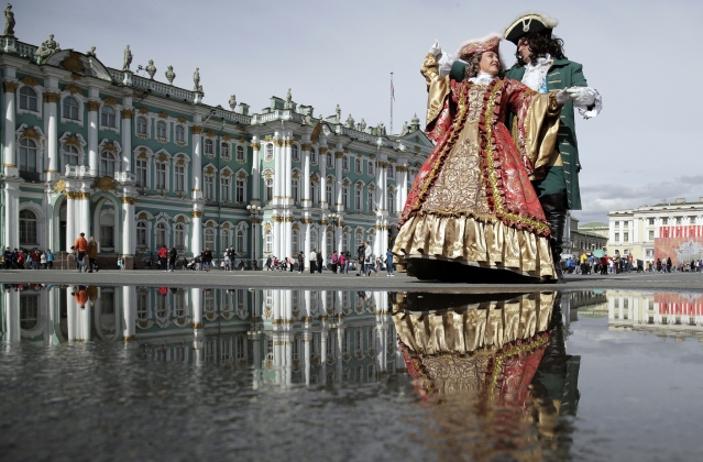 Street actors' performances at the Dvortsovaya (Palace) Square in St Petersburg is a thing to look forward to for tourists.