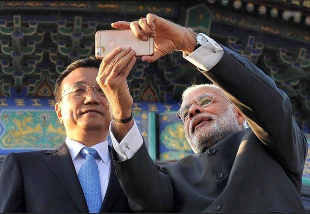 Indian PM Modi clicks a selfie with Chinese PM Li Keqiang using what looks like an iPhone 6s Plus.