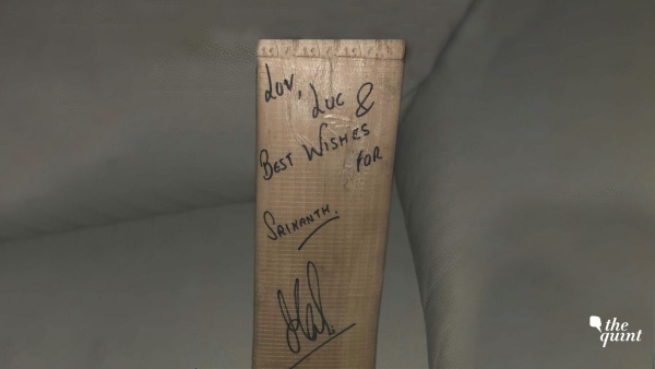 Kidambi Srikanth posted a picture of the bat MS Dhoni gifted him on social media.
