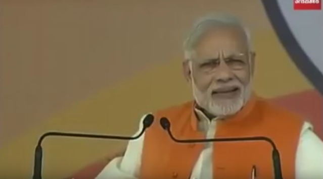 "A screengrab (from the show 'Shut Up Ya Kunal') that shows PM Modi delivering a speech, while claiming, ""<i>Hum toh fakeer aadmi hain, jhola lekar chal padenge.</i>''"