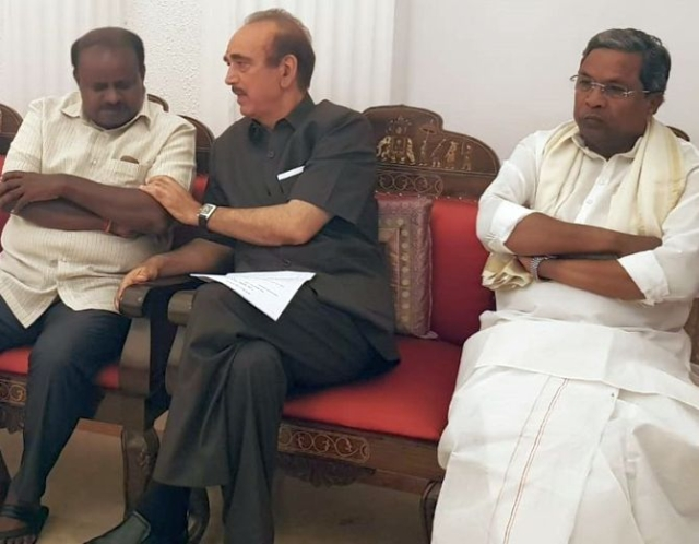 Siddaramaiah along with senior Congress and JD(S) leaders at Raj Bhavan.
