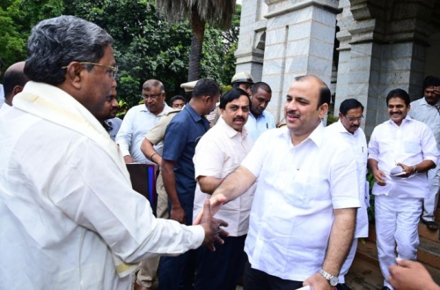 JD(S) General Secretary Danish Ali  greets former Chief Minister Siddaramaiah ahead of the first coalition coordination committee meeting on 14 June.