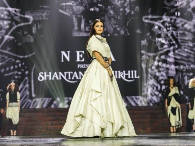 Dia Mirza looks stunning in a Shantanu & Nikhil creation. .