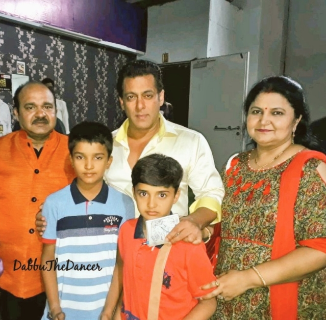 Sanjeev Shrivastava and family with Salman Khan on the sets of <i>Dus Ka Dum.</i>