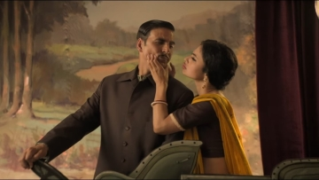 Akshay Kumar and Mouni Roy in a still from <i>Gold</i>.