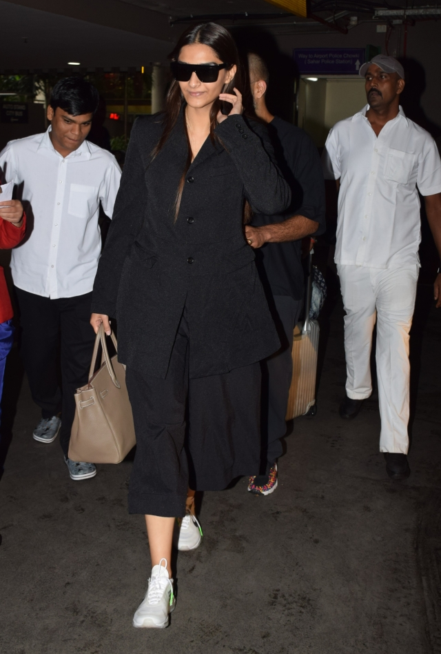 Sonam Kapoor looks stunning in her all-black look.