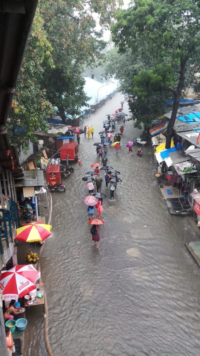 Road outside Elphinstone Station.