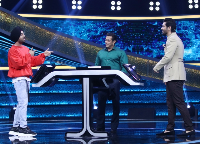 Diljit Dosanjh seems to be entertaining Bhai and Angad Bedi.