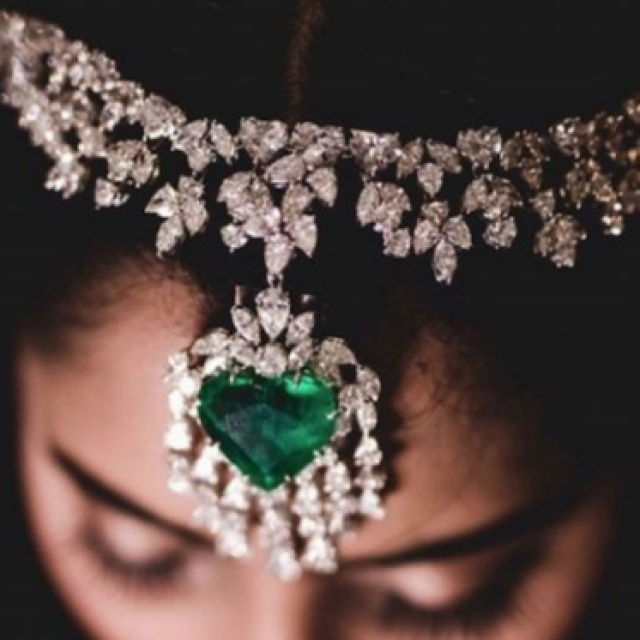 Check out this emerald and diamond headgear! Isn't it stunning?