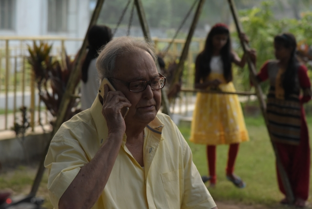 You will probably have tears in your eyes when you see Soumitra making an entry to 'Jibone Ki Pabo Na'.