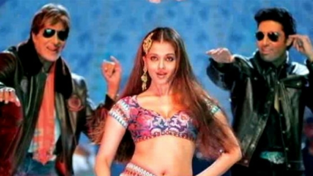 (L-R, Amitabh Bachchan, Aishwarya Rai and Abhishek Bhachchan in a still from 'Kajra re')