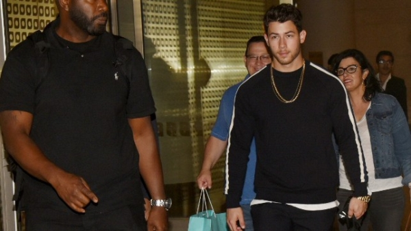 Desi girl, Priyanka Chopra's videsi fiancé, Nick Jonas has touched down in India with parents!