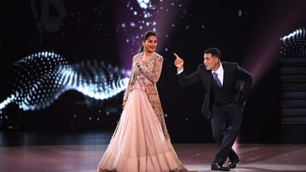 Akshay Kumar & Madhuri Dixit Stun With Their 90s Moves