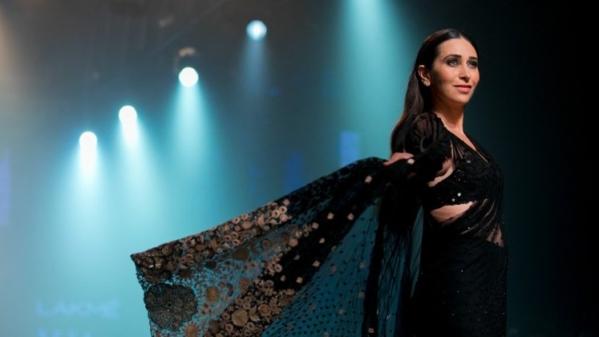 Karisma Kapoor on the ramp at Lakme Fashion Week 2018.