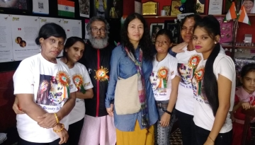 Irom Sharmila and her husband Desmond Coutinho with acid attack survivors at cafe Sheroes, Agra.