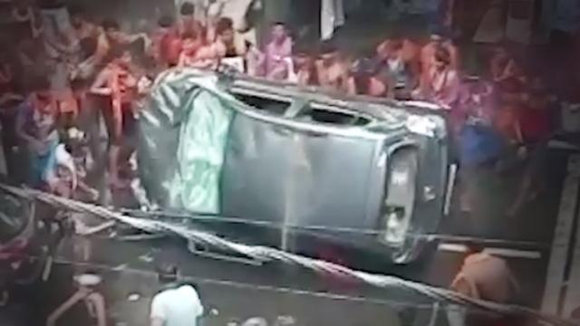A group of Kanwar Yatris vandalise a car in Delhi's Moti Nagar