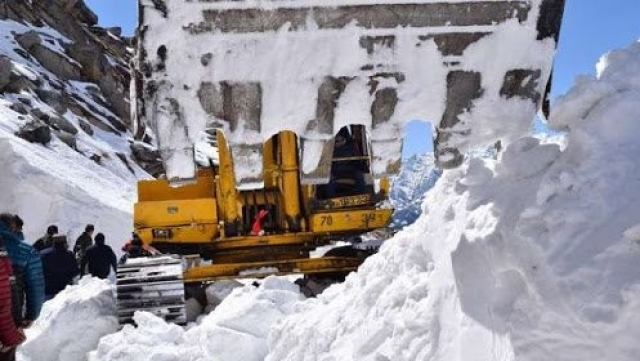 Efforts on to clear snow-clogged roads