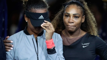 Serena Williams comforts Naomi Osaka whent the audience starts booing during the presentation ceremony of the 2018 US Open women's final.