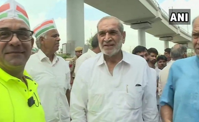 Congress leader and 1984 riots accused Sajjan Kumar joined Bharat Bandh protest in Delhi.