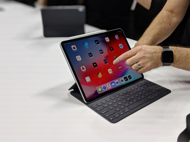 The new iPad Pros get a bezel-less screen with Face ID support.