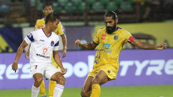 Delhi Dynamos struck a late goal to hold Kerala Blasters to a 1-1 draw in their Indian Super League football match.