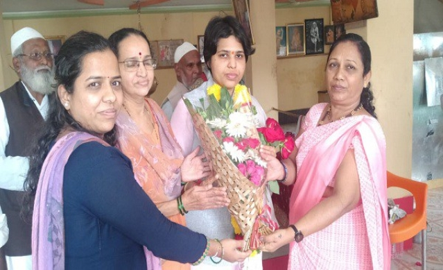 Members of different faiths approaching Trupti Desai after the SC verdict and felicitating her.