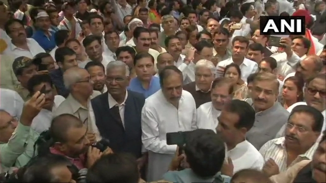 Congress's Anand Sharma, CPI's D Raja and Sharad Yadav outside Dyal Singh College, ahead of the protest march to CBI HQ against the removal of CBI Director Alok Verma