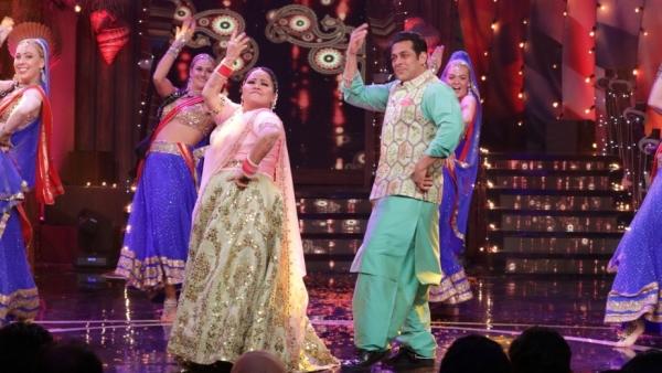 Bharti joins Salman Khan on the <i>Bigg Boss 12 </i>sets.