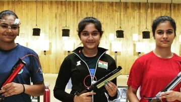 Esha Singh (centre) with Manu Bhaker (left) who finished second, and Shweta from ONGC, who came third in the Women's 10m Air Pistol.