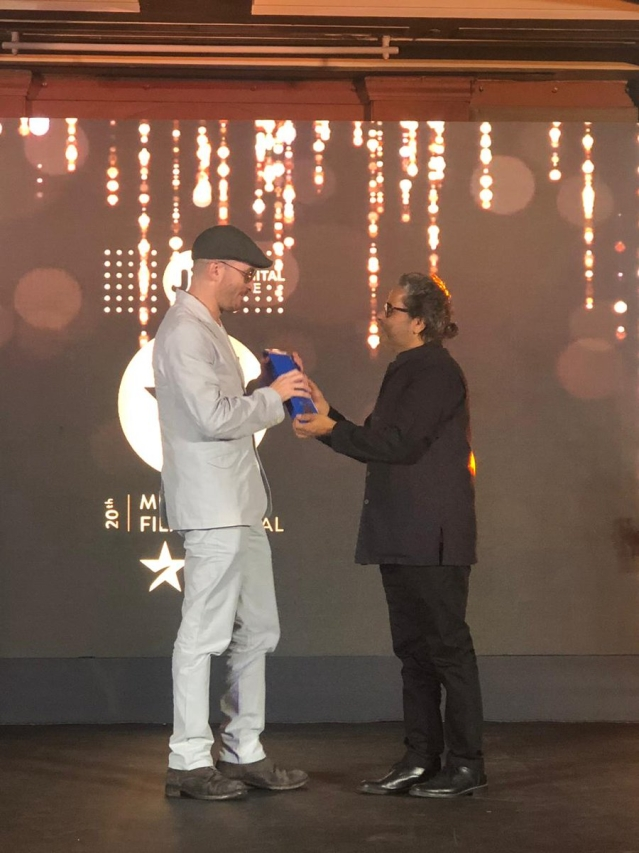 Vishal Bhardwaj presenting the Excellence in Cinema Award to American filmmaker Darren Aronofsky.