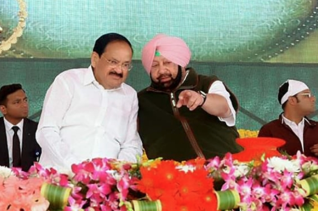 Captain Amarinder Singh (right) with Vice President Venkaiah Naidu (left) during the ceremony where they laid the foundation stone for the Kartarpur corridor.