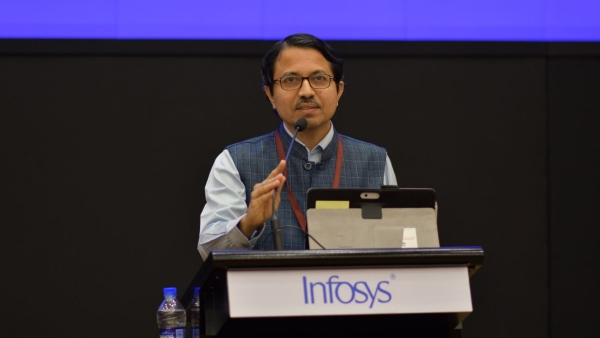 2018 laureate Navakanta Bhat giving a speech after receiving an award for Engineering and Computer Science category.