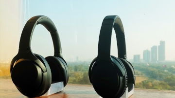 The Sony WH-1000MX3 (left) & Bose QC35 II (right).