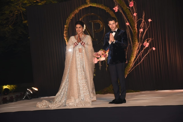 Priyanka Chopra & Nick Jonas greet the press.