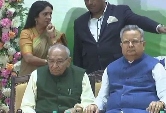 Former Chhattisgarh Chief Minister Raman Singh & senior Congress leader Motilal Vora at swearing-in ceremony