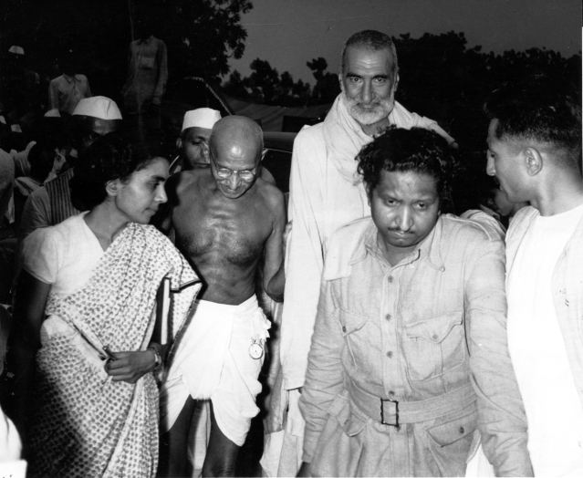 Gandhi with Khan Abdul Ghafar Khan and Sushila Nayar, his personal physician, arriving for the meeting of the Congress Committee, where the partition of the country was decided, 1947