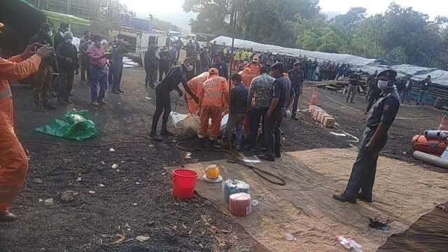 Rescue team surrounding the recovered body of the miner in Meghalaya.