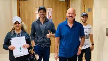Rakesh Roshan leaves the hospital with Hrithik and Pinkie Roshan.