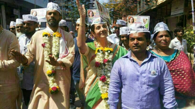 Meera Sanyal while campaigning for AAP in South Mumbai in 2014.