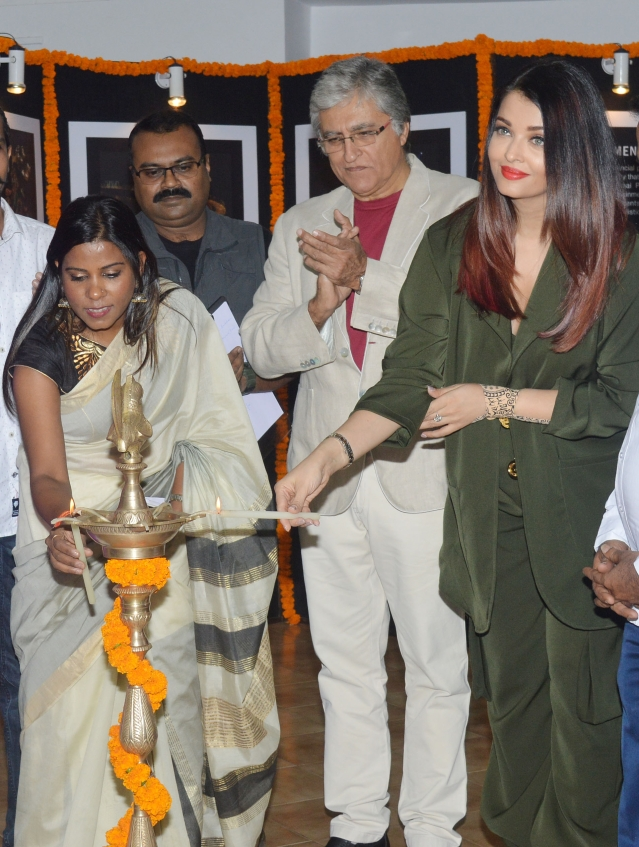 Aishwarya Rai Bachchan lights the lamp at the photography exhibition.