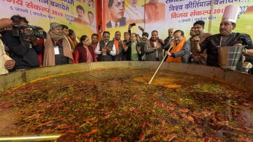 Union Minister Harsh Vardhan and other leaders prepare Khichdi during Bhim Mahasamagam event at Ramlila Maidan.