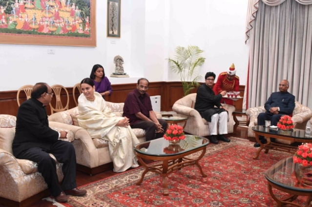 The team of <i>Manikarnika: The Queen of Jhansi </i>with President Ram Nath Kovind.