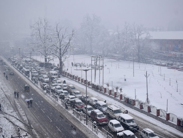 A view of heavy traffic jam due to heavy snowfall in Srinagar.