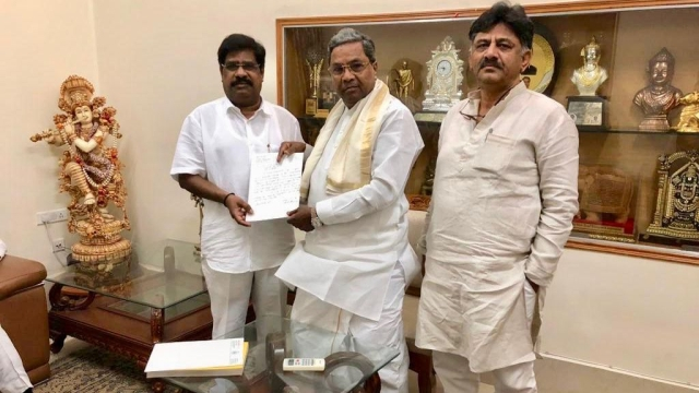MLA H Nagesh (L) along with Siddaramaiah and DK Shivakumar