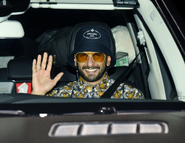 Ranveer Singh waves at the photographers as he arrives at the <i>Gully Boy </i>screening.