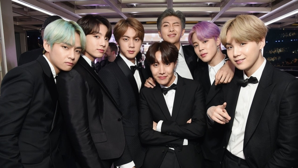 BTS posing for the shutterbugs at Grammy 2019.