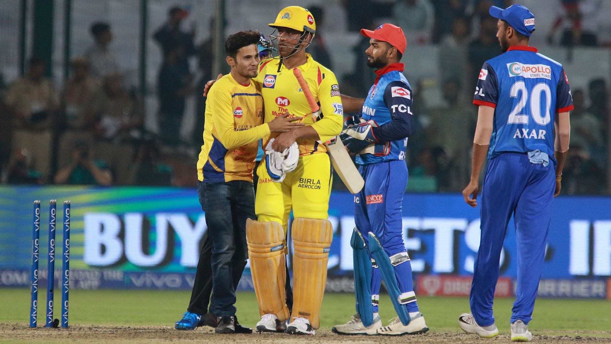 IPL 2019: Fan Again Breaches Security to Meet MS Dhoni