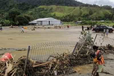 2 tourists killed in 4.4-magnitude Indonesia quake