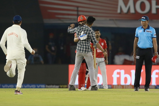 A fan hugs captain Virat Kohli during RCB's IPL 2019 match against KXIP.